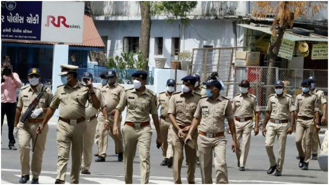 Gujarat में Covid-19 दिशा-निर्देशों का पालन सुनिश्चित करने के लिये एक लाख से अधिक पुलिसकर्मी तैनात