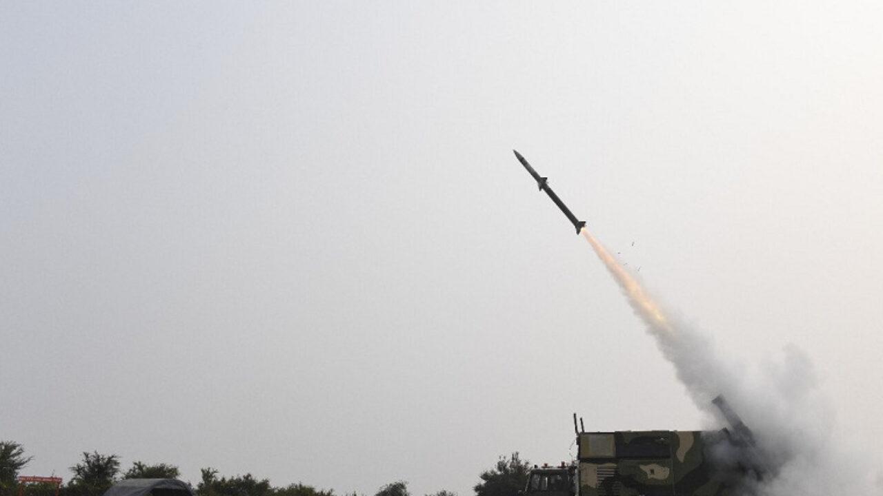DRDO ने जमीन से हवा में मार करने वाली नई पीढ़ी की आकाश मिसाइल का किया सफल परीक्षण