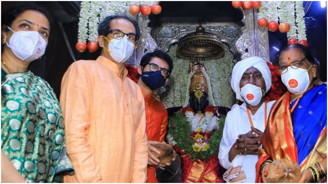 Maharashtra : मुख्यमंत्री उद्धव ठाकरे ने पंढरपुर मंदिर में की 'महा पूजा', कोविड की समाप्ति के लिए की प्रार्थना