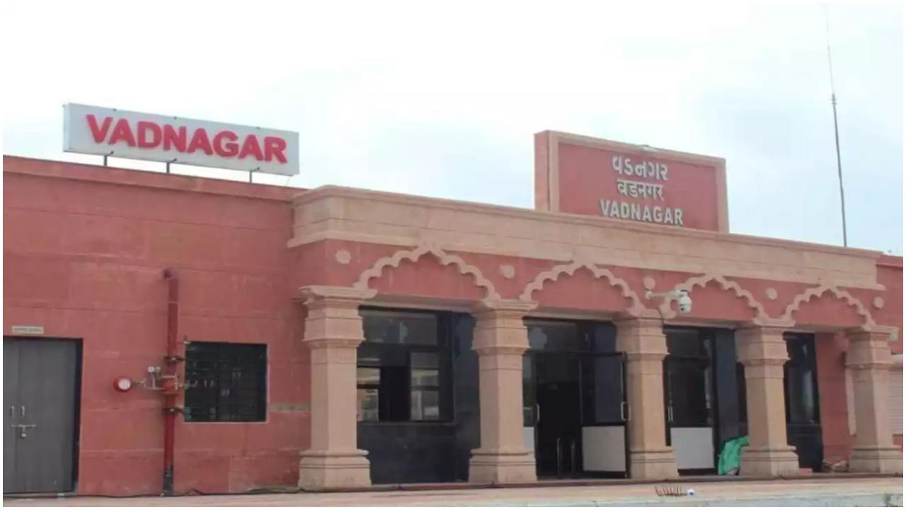 प्रधानमंत्री नरेंद्र मोदी ने पुनर्निर्मित वडनगर रेलवे स्टेशन का उद्घाटन किया, कभी यहां चाय बेचा करते थे