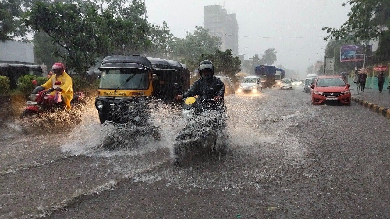 मुंबई में भारी बारिश, जलजमाव के कारण लोकल ट्रेन सेवा प्रभावित